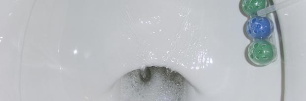 Undichter Spülkasten - das Wasser läuft in den Abfluss