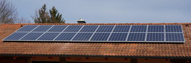 PV-Anlage am Dach eines Hauses