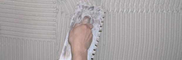 Zahnkelle vor aufgespachteltem Fliesenkleber