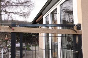 Doppelstabmattentor an der Hausmauer montieren