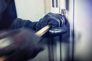 Sicherungen an Fenstern und Hintertüren nachrüsten