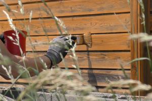 Gartenhaus neu streichen: Grundieren und Lasieren