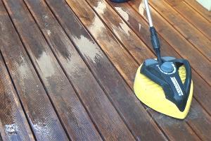 Holzterrasse reinigen und entgrauen