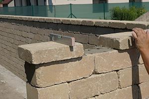 Gartenmauerabschluss - Betonsteinmauer mit Abdecksteinen finalisieren