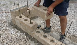 gartenmauer selber bauen das errichten einer betonsteinmauer anleitung tipps vom maurer. Black Bedroom Furniture Sets. Home Design Ideas